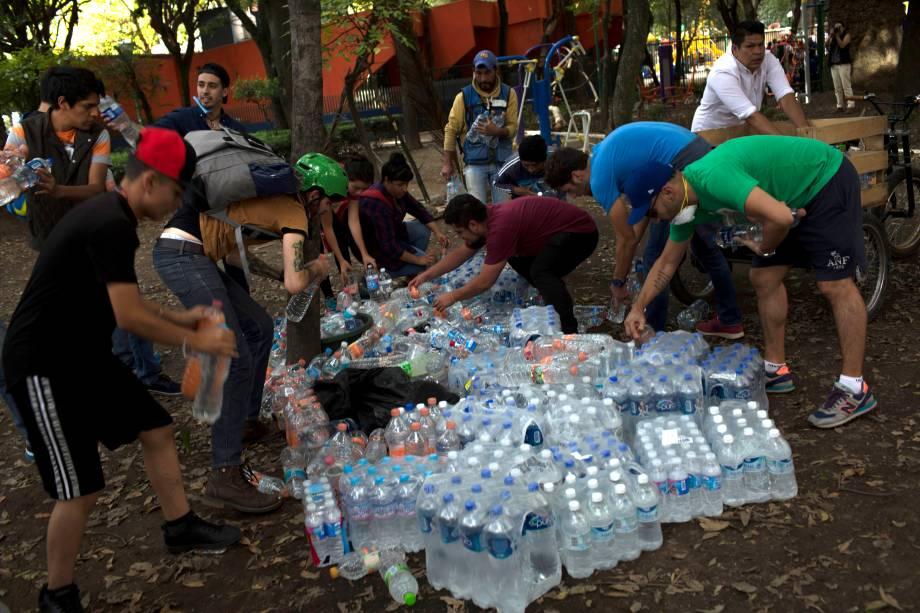 Garrafas de água e suprimentos básicos são distribuídos aos mexicanos afetados pelo terremoto que destruiu edifícios e matou centenas de pessoas na Cidade do México - 19/09/2017