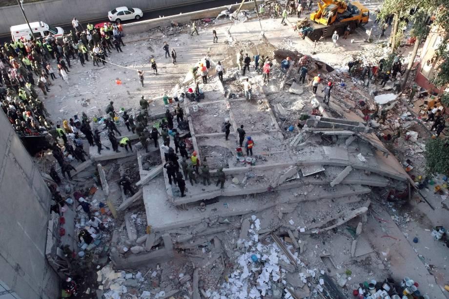 Equipe de resgate e voluntários procuram por sobreviventes em um prédio que foi ao chão após o terremoto que atingiu a Cidade do México, deixando centenas de mortos e inúmeros desaparecidos - 19/09/2017