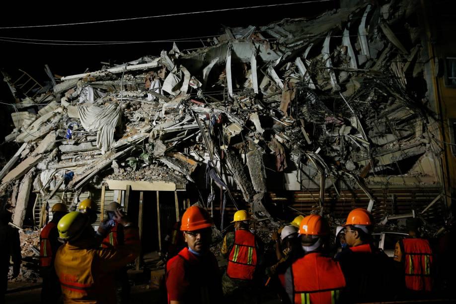 Equipe de resgate trabalha em busca de sobreviventes no meio de um prédio destruído após o terremoto  de 7,1 graus de magnitude balançar as terras na Cidade do México - 20/09/2017