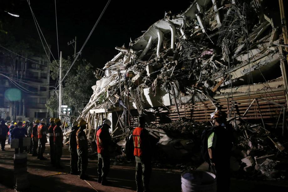 Equipe de resgate trabalha em busca de sobreviventes em um prédio destruído após a passagem de um terremoto na Cidade do México - 20/09/2017