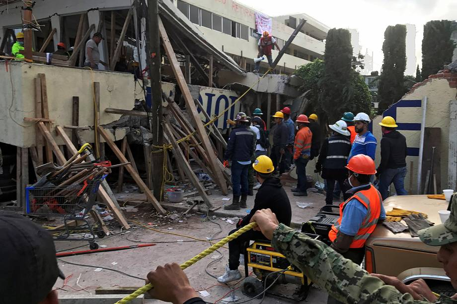 Voluntários e equipe de resgate procuram por crianças presas dentro da escola Enrique Rebsamen, que foi atingida pelo terremoto, na Cidade do México  - 20/09/2017