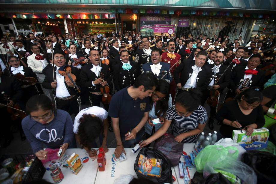 Músicos mariachi se apresentam na praça Garibaldi, para arrecadarem doações para as vítimas do terremoto que atingiu o México - 22/09/2017