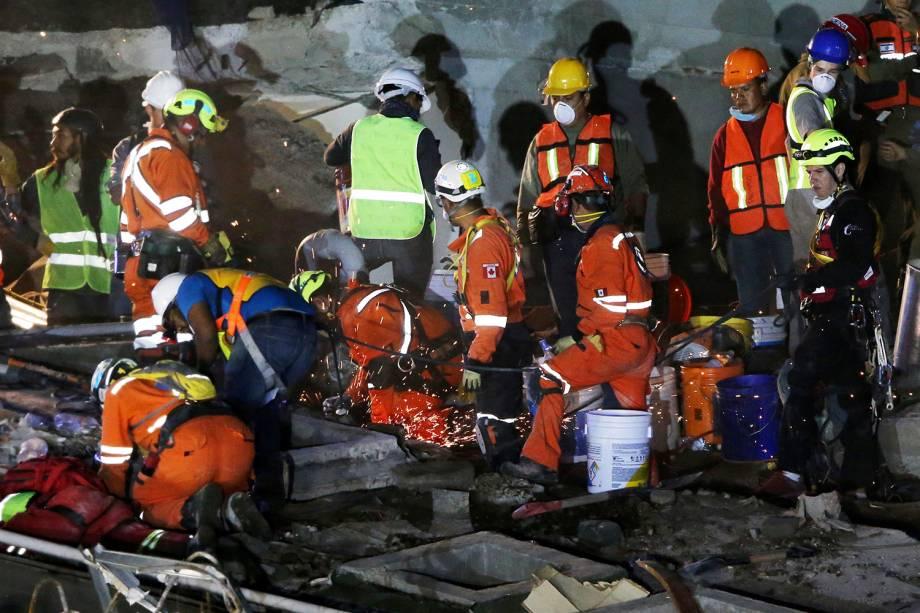 Equipes de resgate buscam por sobreviventes em escombros de um prédio que desabou, na Cidade do México - 23/09/2017