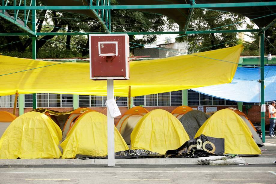 Pessoas desabrigadas pelo terremoto que atingiu o México, dormem em barracas próximo à uma escola, na Cidade do México - 23/09/2017