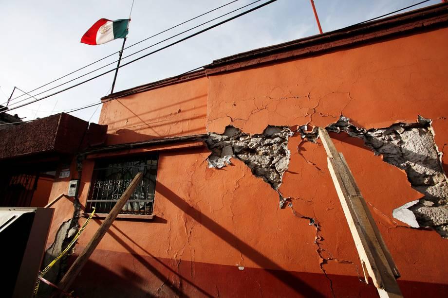 Parede de uma casa fica rachada após terremoto que atingiu o México, em Xochimilco - 23/09/2017