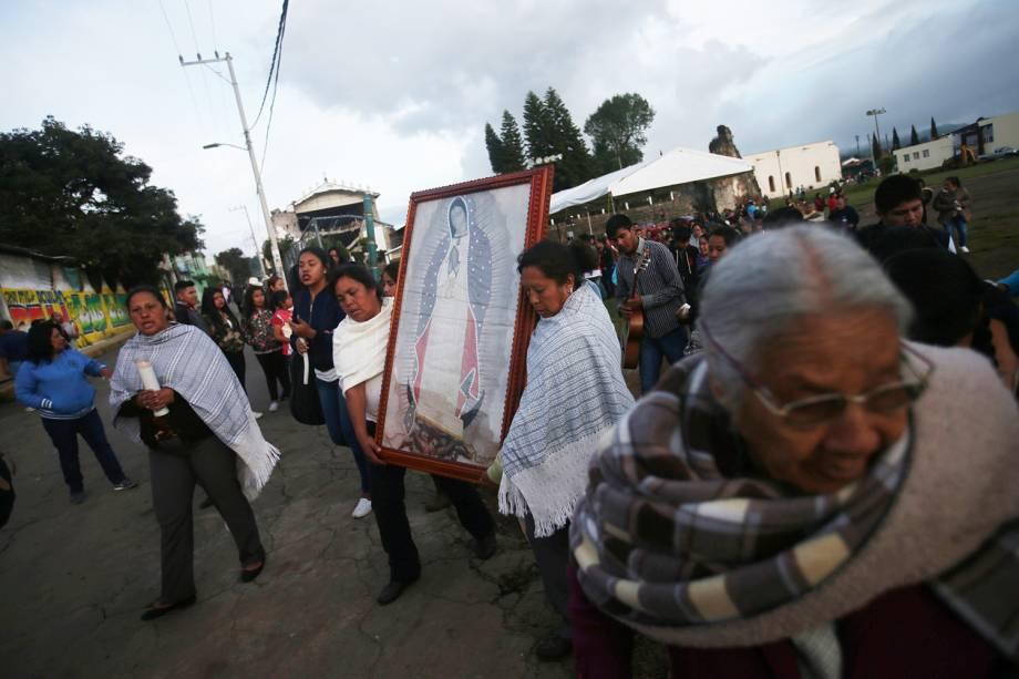 Mulheres carregam a imagem da Virgem de Guadalupe, após ser resgatada de uma igreja destruída pelo terremoto que atingiu o México, em Ocuilan de Arteaga - 23/09/2017