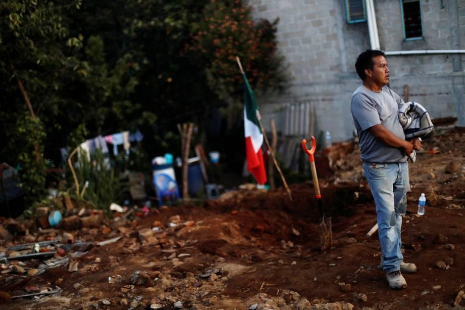 Homem anda sobre os escombros de sua casa, que desabou após o terremoto que atingiu o México, em Ocuilan de Arteaga - 23/09/2017