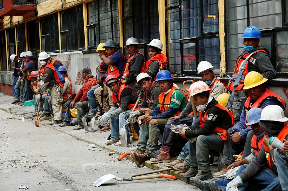 Equipes de resgate descansam após terremoto atingir a Cidade do México - 20/09/2017