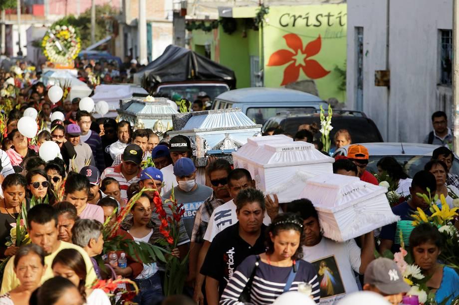 Familiares velam vítimas do terremoto que matou mais de 200 pessoas no México - 21/09/2017