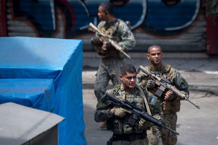 Membros do Batalhão de Operações Policiais Especiais participam de operação na Favela da Rocinha, no Rio de Janeiro, em combate contra traficantes - 22/09/2017