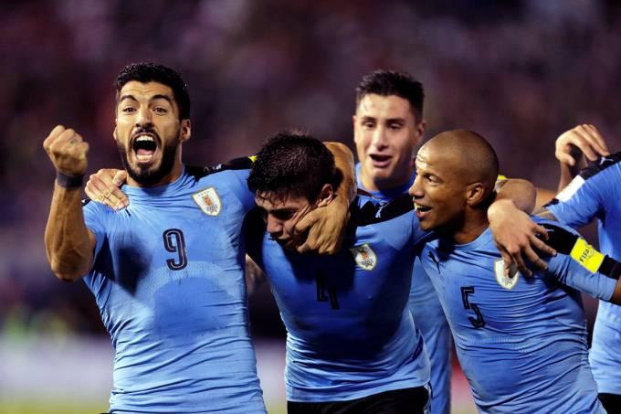 O uruguaio Suárez comemora após marcar gol contra o Paraguai, pelas Eliminatórias da Copa da Rússia, em Assunção