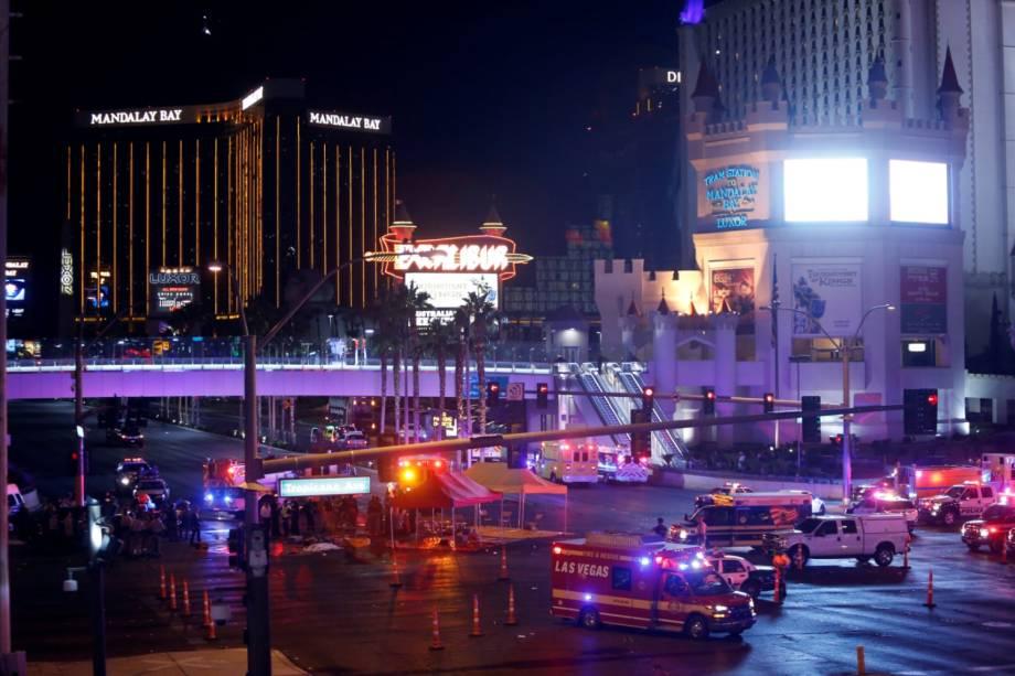 Polícia de Las Vegas e equipes médicas  estão no cruzamento da Avenida Tropicana e do Boulevard South de Las Vegas após um tiroteio em massa durante um festival de música - 02/10/2017