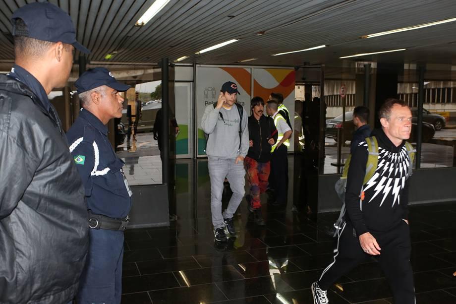 Ator Ashton Kutcher chega no aeroporto no Rio de Janeiro para casamento de Michelle Alves e Guy Oseary