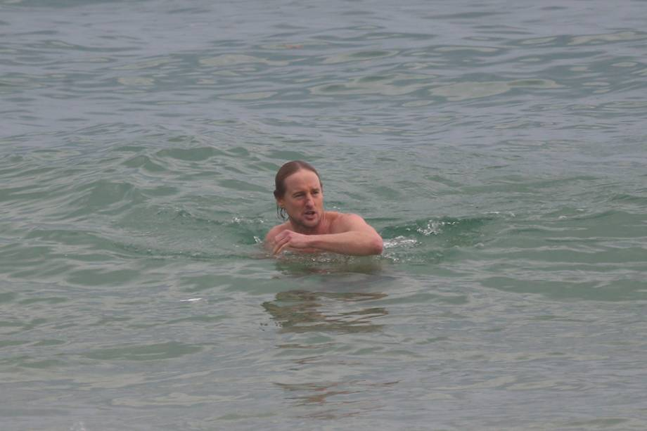 Ator Owen Wilson se banha na praia de Ipanema, no Rio de Janeiro