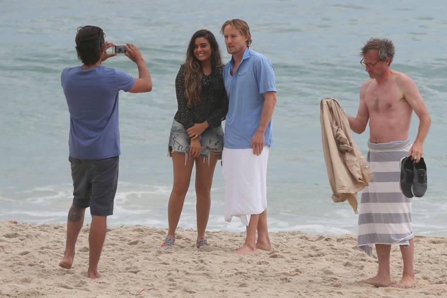 Owen Wilson tira foto com fãs na praia de Ipanema, no Rio de Janeiro