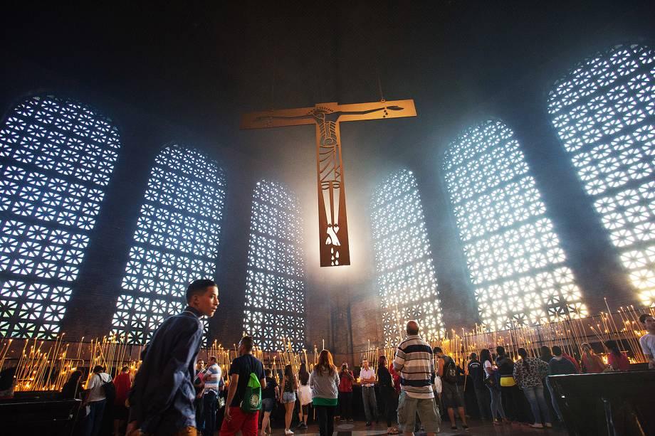 Movimentação de fiéis na Sala das Velas na Basílica de Nossa Senhora Aparecida em que se comemora os 300 anos da aparição da imagem da padroeira do Brasil no Rio Paraíba - 12/10/2017