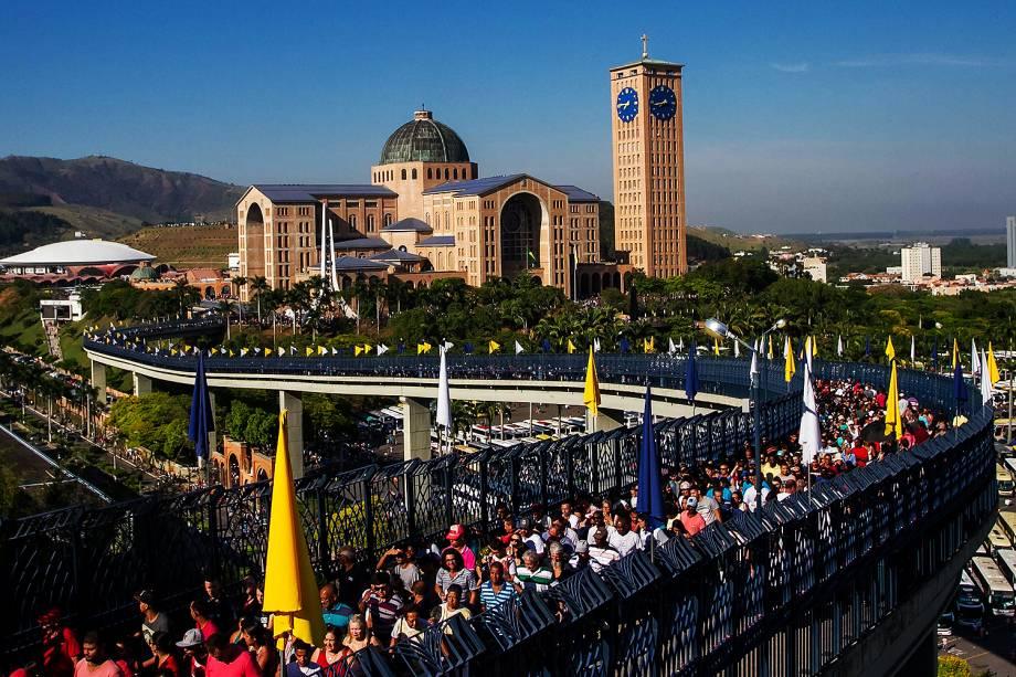 Milhares de fiéis vão ao Santuário de Nossa Senhora Aparecida para acompanhar as celebrações dos 300 anos da Padroeira do Brasil, na cidade de Aparecida, interior de São Paulo - 12/10/2017