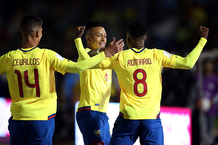 Jogadores do Equador comemoram gol contra a Argentina, pelas Eliminatórias da Copa da Rússia, em Quito