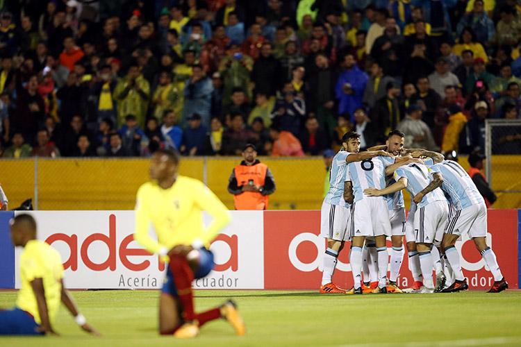 Jogadores da Argentina comemoram gol contra o Equador, pelas Eliminatórias da Copa da Rússia, em Quito