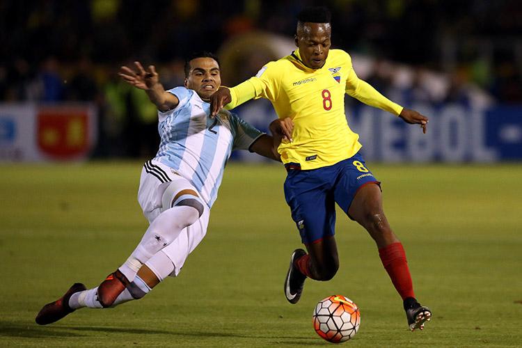 Disputa de bola na partida entre Equador e Argentina, pelas Eliminatórias da Copa da Rússia, em Quito