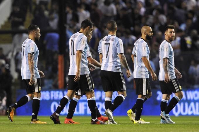 Jogadores da Argentina deixam o campo no intervalo do jogo contra o Peru, em Buenos Aires – 05/10/2017