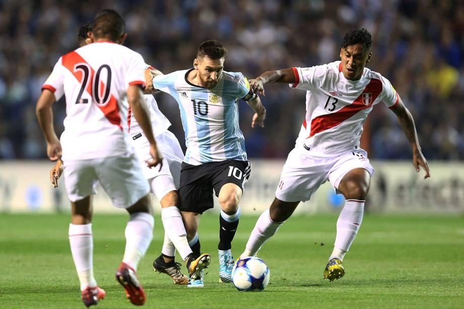 Messi durante disputa de bola no jogo entre Argentina e Peru, em Buenos Aires
