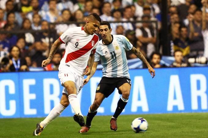 Disputa de bola na partida entre Argentina e Peru, em Buenos Aires – 05/10/2017