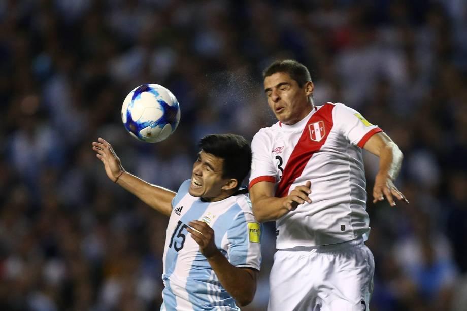 Disputa de bola na partida entre Argentina e Peru, em Buenos Aires - 05/10/2017