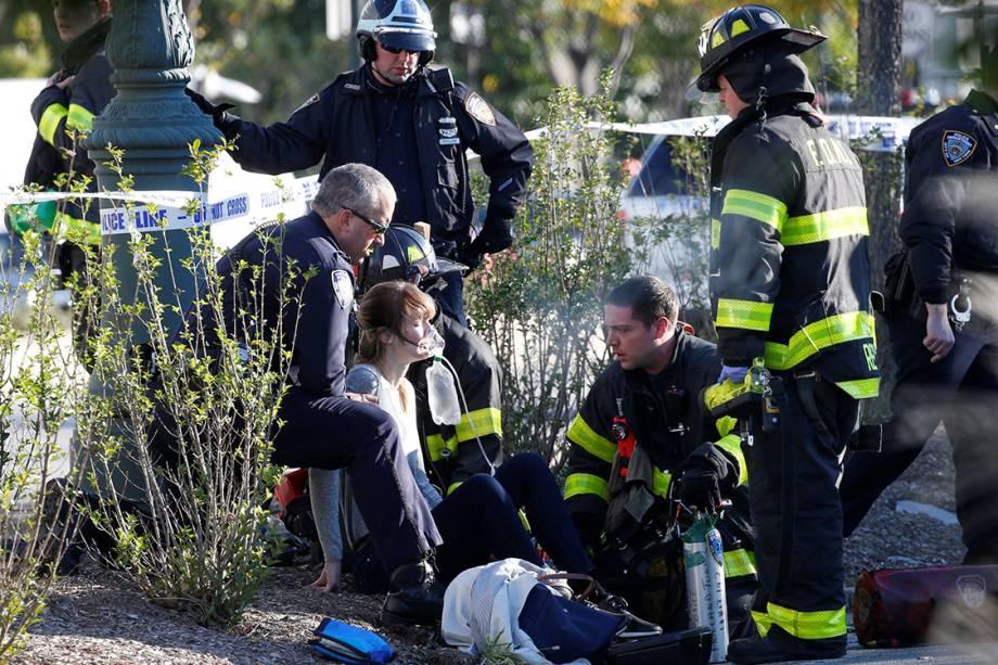 Mulher é socorrida por equipes de resgate, após caminhão avançar sobre ciclistas em uma ciclovia, em Nova York - 31/10/2017