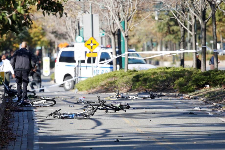 Várias bicicletas são vistas destruídas em uma ciclovia, após caminhão atropelar ciclistas, em Nova York - 31/10/2017