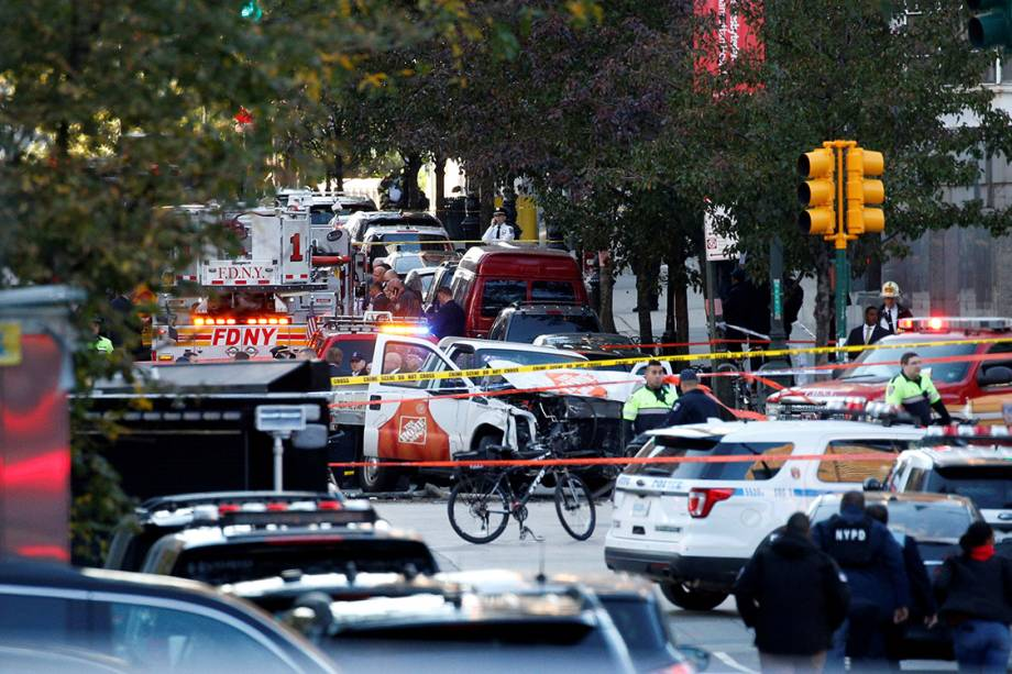 Caminhão é visto destruído após avançar em uma ciclovia e atropelar vários ciclistas, em Nova York - 31/10/2017