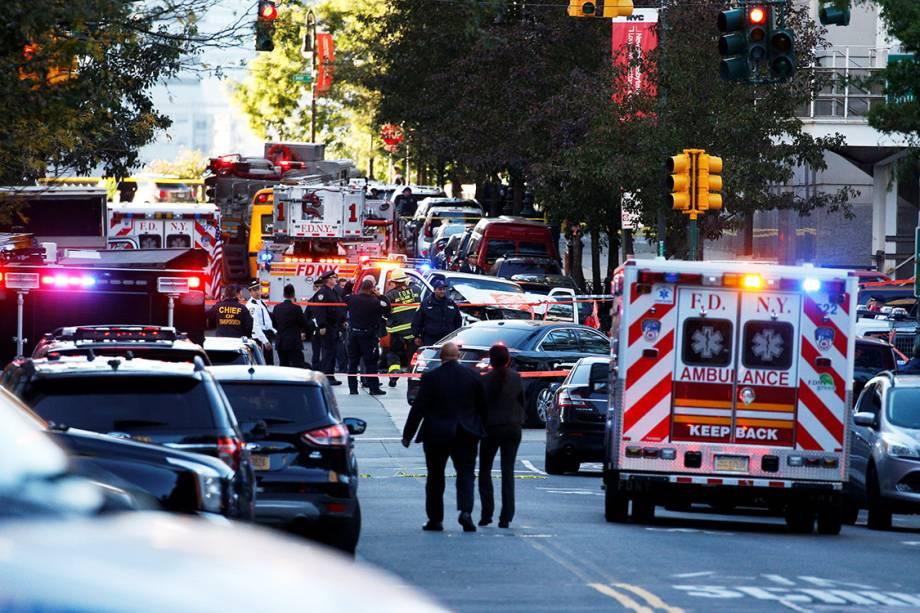 Polícia faz isolamento após motorista invadir ciclovia em Nova York, na região sul de Manhattan - 31/10/2017