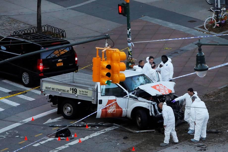 Policiais investigam caminhão que avançou em ciclistas em uma ciclovia, em Nova York - 31/10/2017