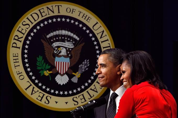 A primeira-dama Michelle Obama abraça o presidente Barack Obama durante assinatura de novas leis, em Washington – 21/011/2017