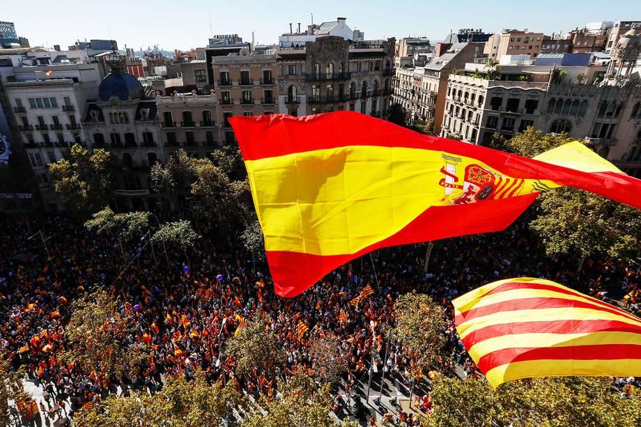 Milhares de pessoas contrárias à declaração de independência da Catalunha foram às ruas, em Barcelona - 29/10/2017