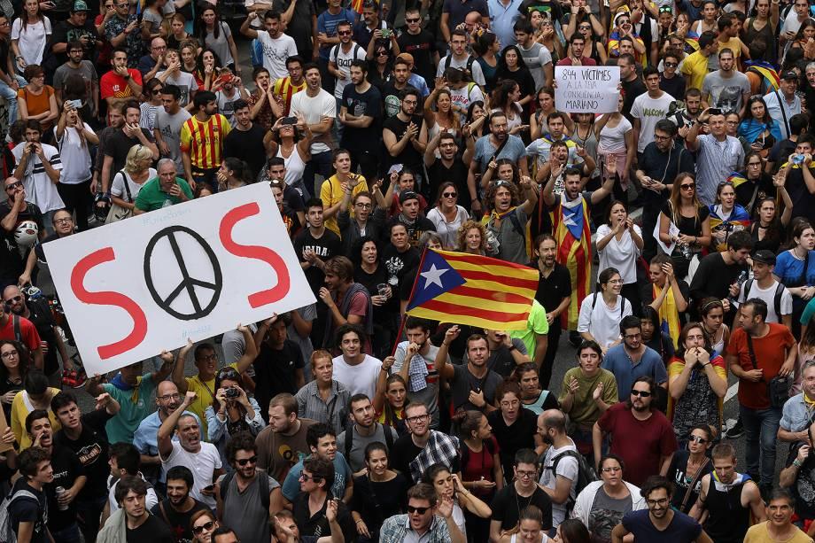 Manifestantes realizam greve parcial em Barcelona, em protesto à violência policial durante plebiscito separatista - 03/10/2017