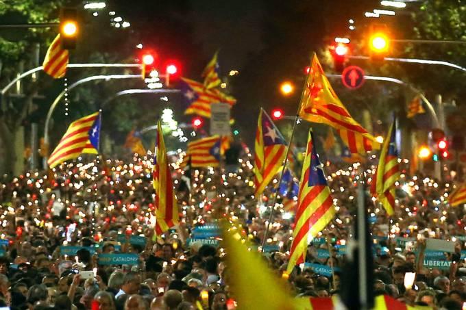 Manifestantes separatistas protestam contra a prisão de dois líderes do movimento, em Barcelona – 17/10/2017
