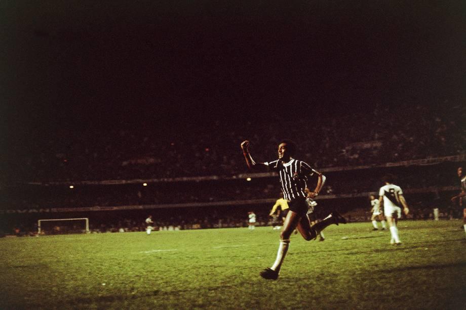 Basílio, do Corinthians, comemorando gol contra a Ponte Preta, na final do Campeonato Paulista, no Estádio do Morumbi, em 1977