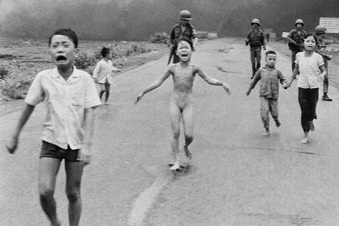 Menina corre nua em uma estrada após um ataque de napalm sobre tropas vietnamitas e civis em um vilarejo em Trang Bang, no Vietnã