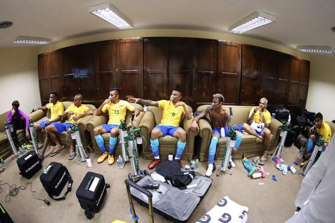 Jogadores do Brasil usam máscara de oxigênio durante intervalo na partida entre Bolívia e Brasil, em La Paz
