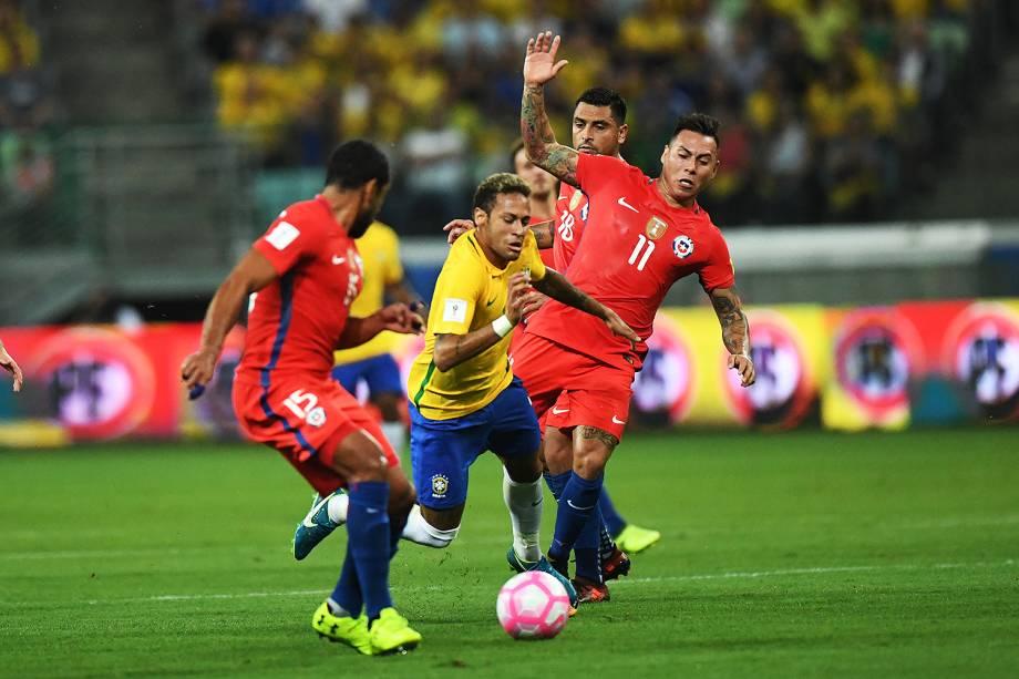 Neymar em disputa de bola na partida contra o Chile, pelas Eliminatórias da Copa da Rússia no Allianz Parque, em São Paulo - 10/10/2017