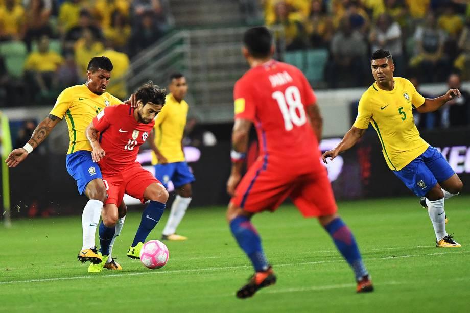 Valdivia, do Chile, durante disputa de bola na partida contra o Brasil, elas Eliminatórias da Copa da Rússia no Allianz Parque, em São Paulo - 10/10/2017