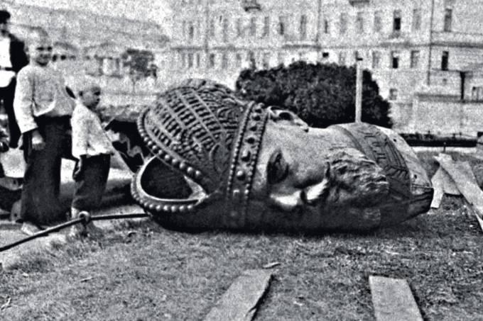 cabeça-de-estátua-do-czar-Alexandre-III-derrubada-em-1917