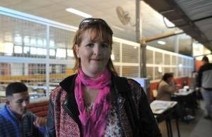 A esteticista Claudia Lisik, que votou na Escola 25, em Buenos Aires, nas eleições legislativas da Argentina