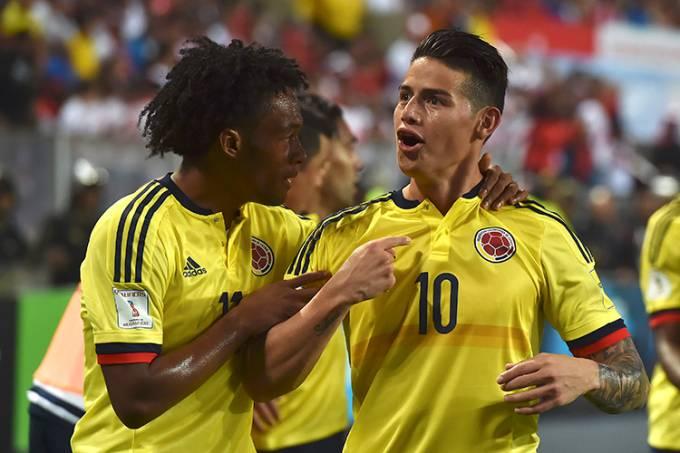 James Rodriguez comemora com Cuadrado após marcar contra o Peru, pelas Eliminatórias da Copa da Rússia, em Lima