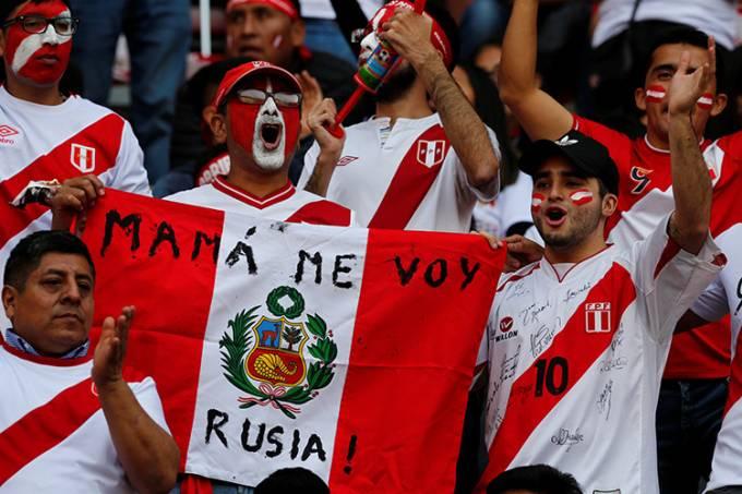 Torcedores do Peru antes da partida contra a Colômbia, em Lima