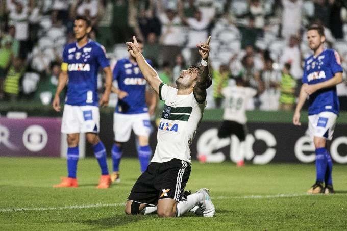 Henrique Almeida, do Coritiba, comemora o gol durante partida
