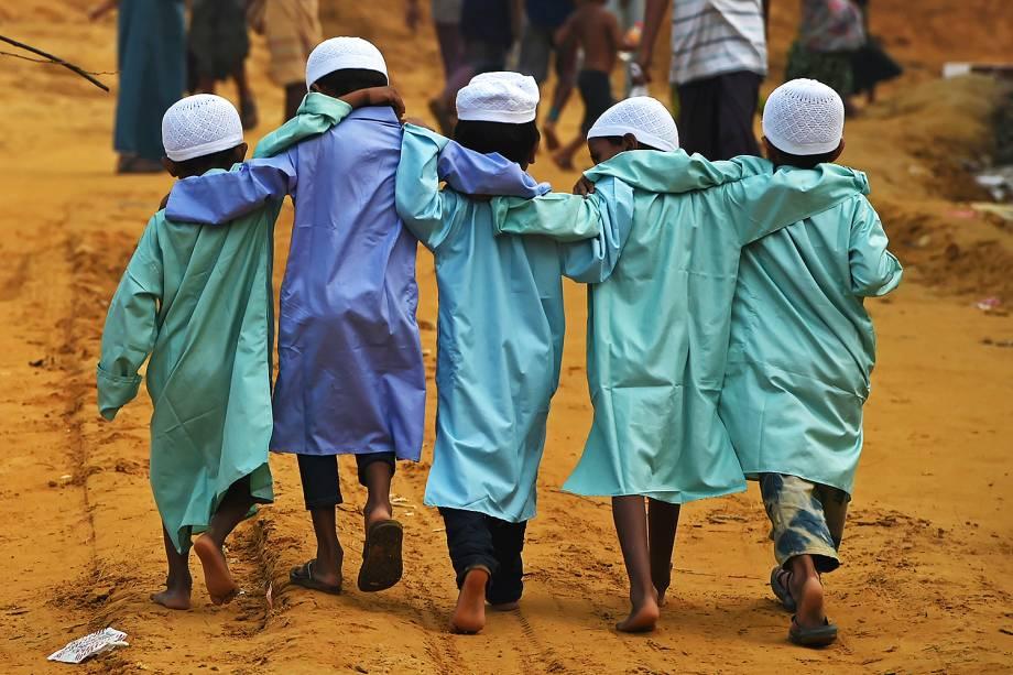 Crianças rohingya são fotografadas no campo de refugiados de Moynerghona, no distrito de Ukhia , em Bangladesh - 30/10/2017