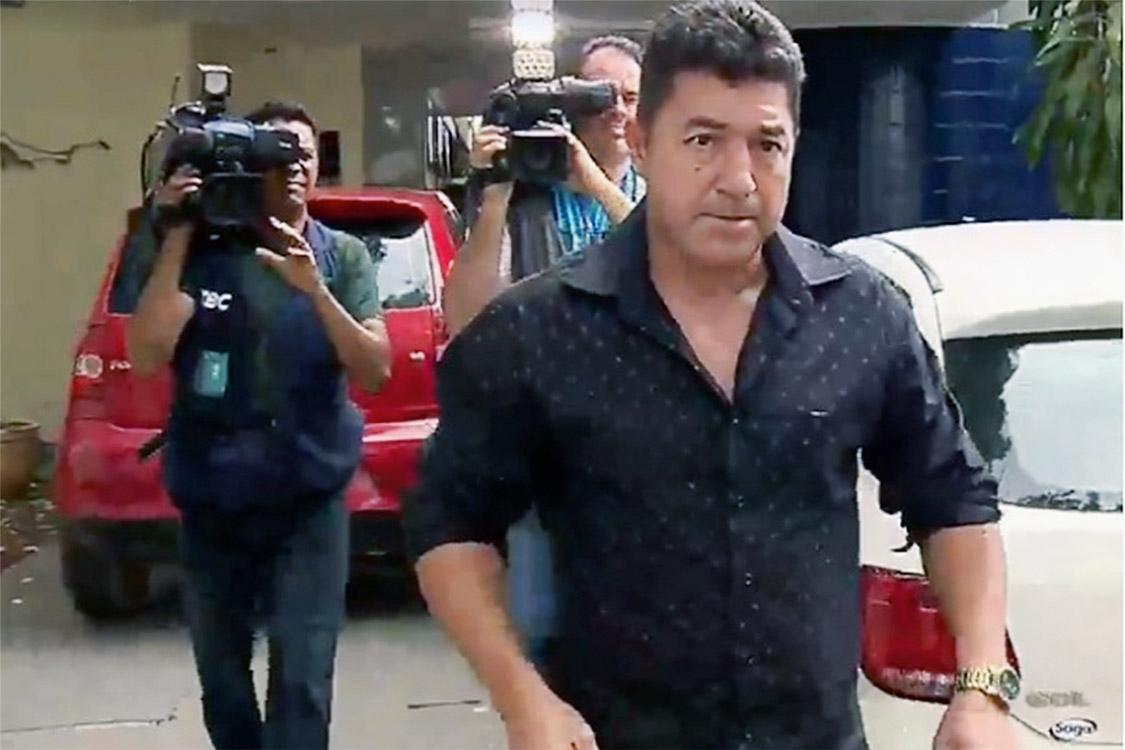 O major da PM de Goiás Divino Malaquias, pai do adolescente que atirou e matou dois colegas de sala em um colégio de Goiânia, deixa a Polícia Civil nesta segunda (23) depois de depor... - REPRODUCAO/TV SERRA DOURADA