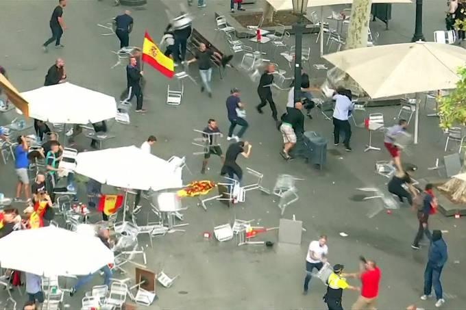 Grupo de manifestantes faz quebra-quebra durante protesto em Barcelona – 12/10/2017